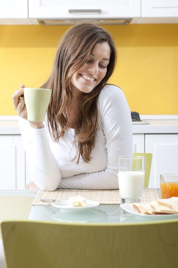 Femme heureuse faisant le déjeuner image stock