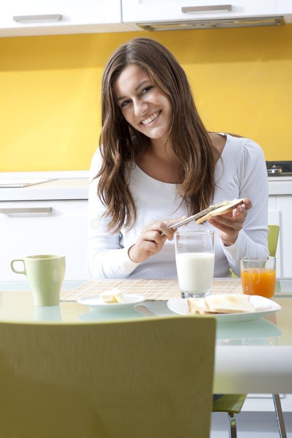 Femme heureuse faisant le déjeuner photos libres de droits