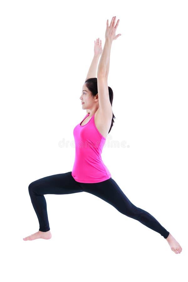 Femme heureuse faisant le yoga dans la pose de guerrier D'isolement sur le backgr blanc image stock
