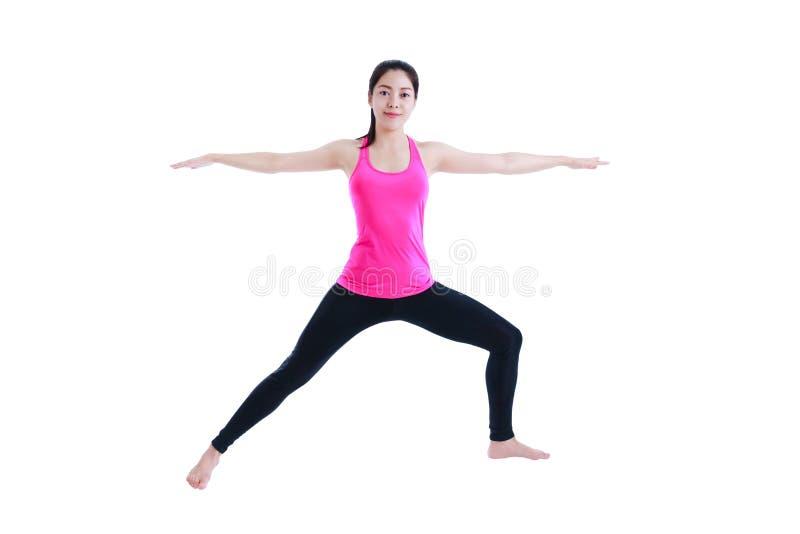 Femme heureuse faisant le yoga dans la pose de guerrier D'isolement sur le backgr blanc image libre de droits