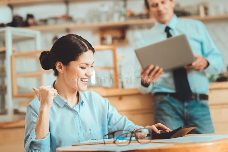 Femme heureuse finissant ses calculs image libre de droits
