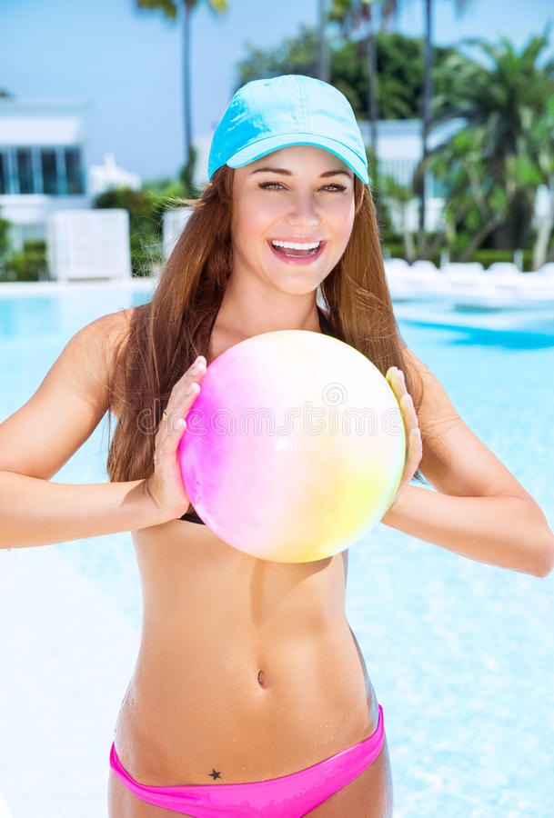 Femme heureuse jouant avec la boule images libres de droits