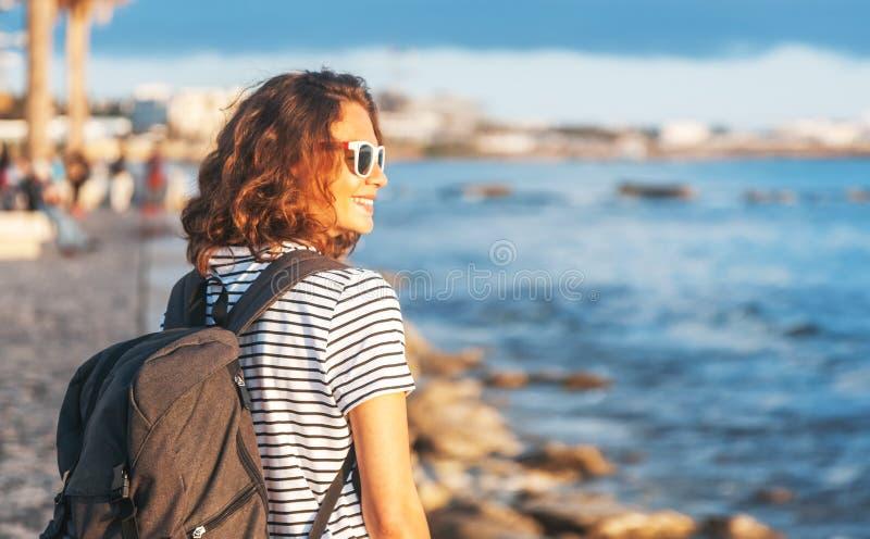 Femme heureuse libre appréciant la nature Fille de beauté extérieure Liberté t photographie stock