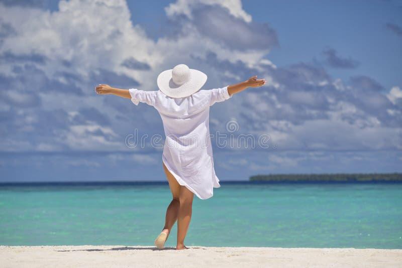 Femme heureuse libre sur la plage appréciant la nature Fille naturelle o de beauté image libre de droits