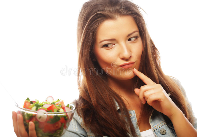 Femme heureuse mangeant de la salade photographie stock libre de droits