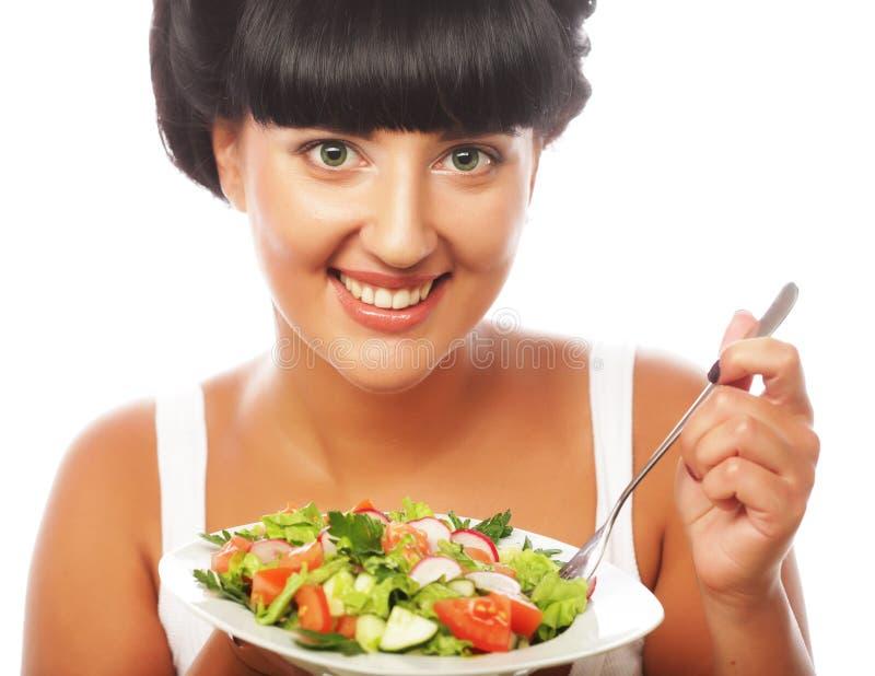 Femme heureuse mangeant de la salade images stock
