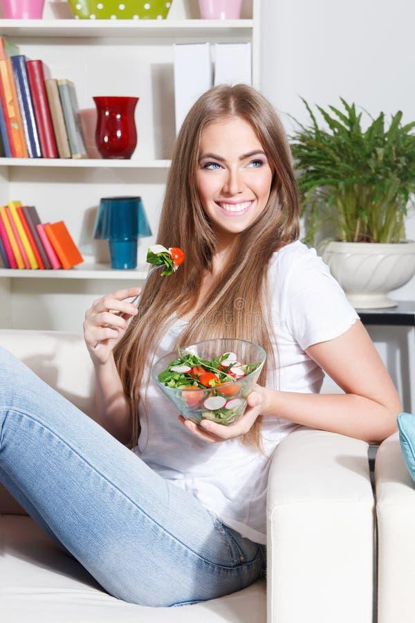 Femme heureuse mangeant de la salade image libre de droits
