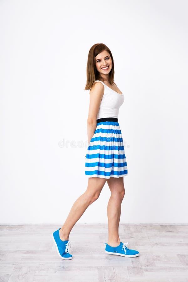 Femme heureuse marchant au studio image stock