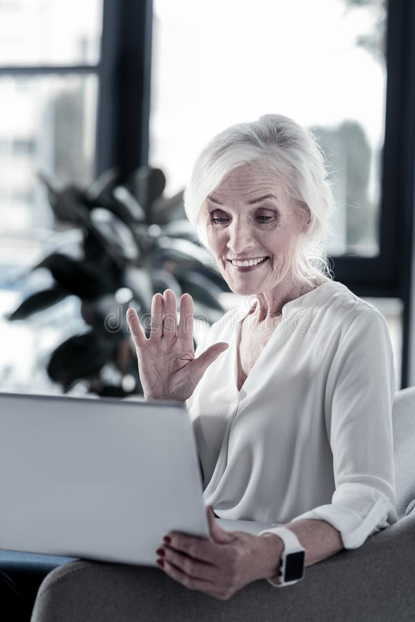 Femme heureuse ondulant sa main photographie stock libre de droits
