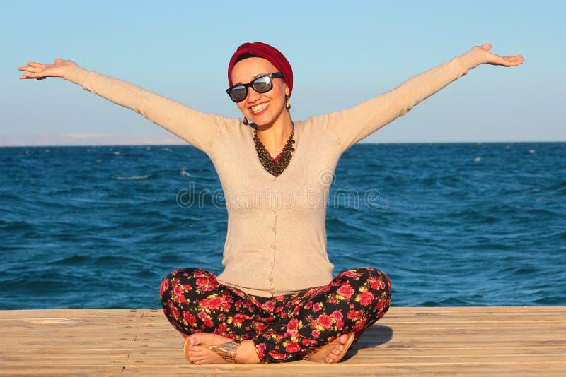 Femme heureuse par le bord de la mer images libres de droits