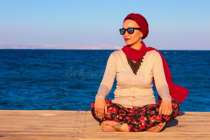 Femme heureuse par le bord de la mer images stock