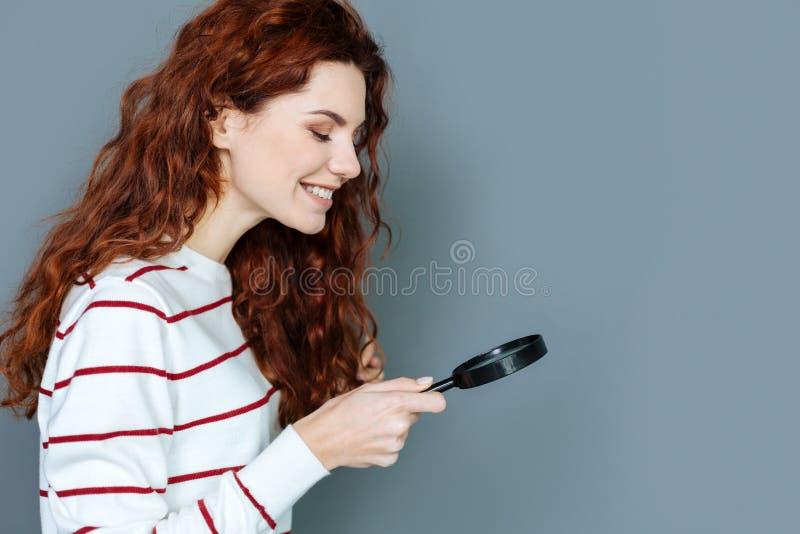 Femme heureuse positive faisant une recherche biologique photographie stock libre de droits