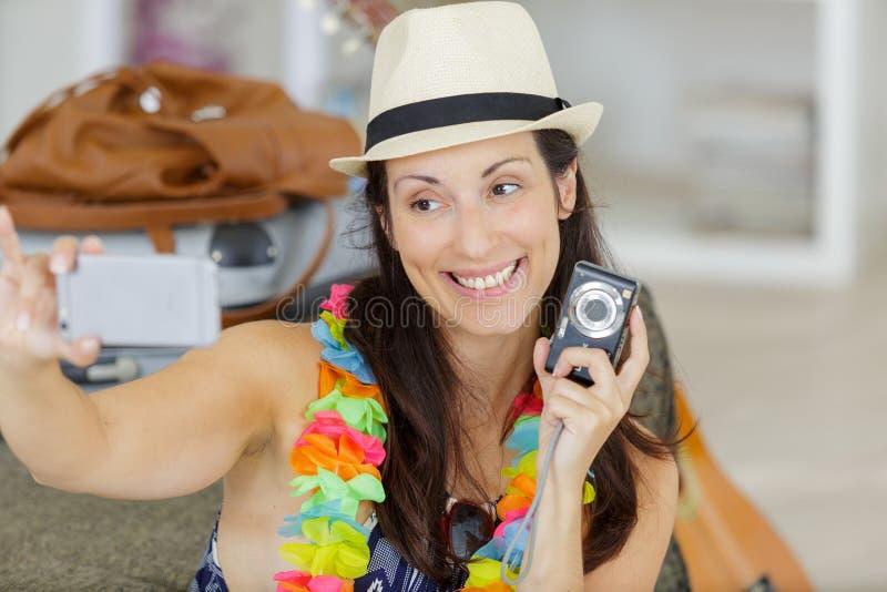 Femme heureuse prenant le selfie ? la maison photo stock