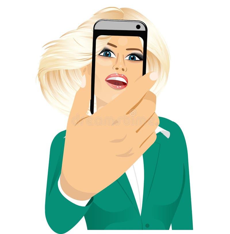 Femme heureuse prenant un selfie utilisant son smartphone illustration libre de droits