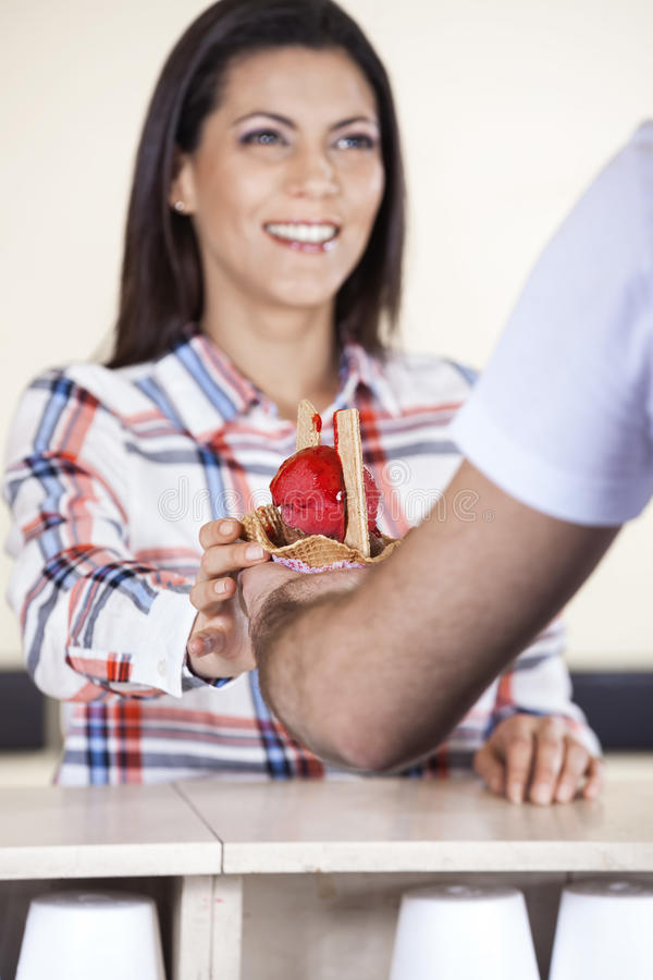 Femme heureuse recevant la crème glacée du serveur In Parlor images libres de droits