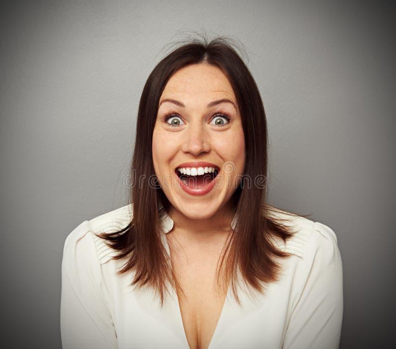 Femme heureuse regardant l'appareil-photo images stock