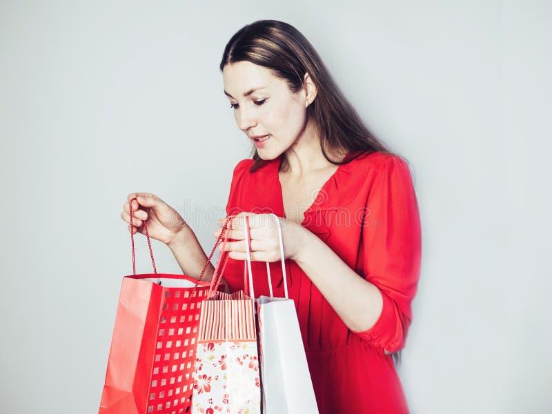 Femme heureuse regardant les cadeaux merveilleux photo libre de droits