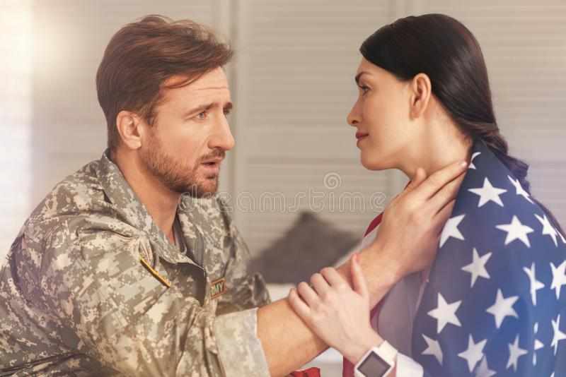 Femme heureuse regardant son militaire images libres de droits
