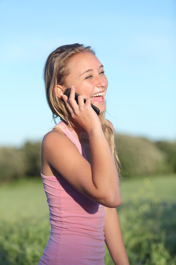 Femme heureuse riant au téléphone portable photo libre de droits
