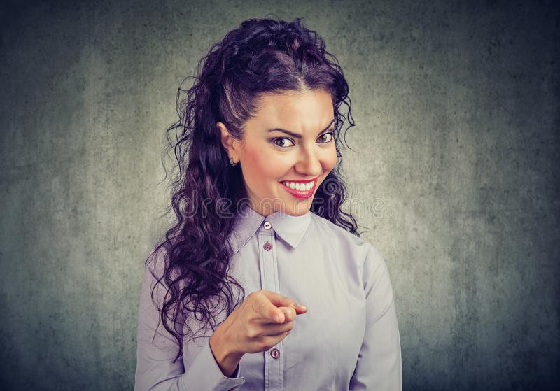 Femme heureuse se dirigeant à l'appareil-photo faisant le choix photo stock