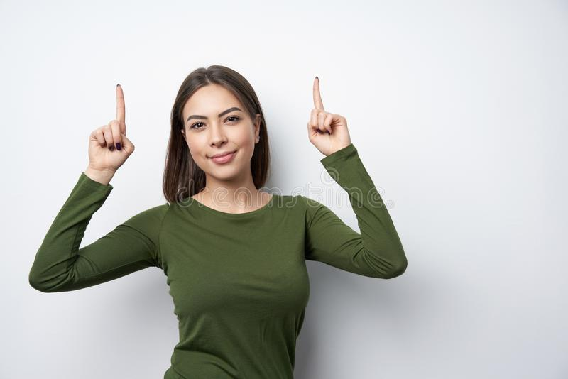 Femme heureuse se dirigeant avec deux doigts photos libres de droits