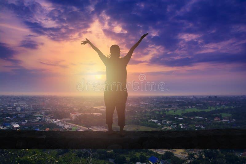 Femme heureuse se tenant sur le bâton rocheux photo libre de droits