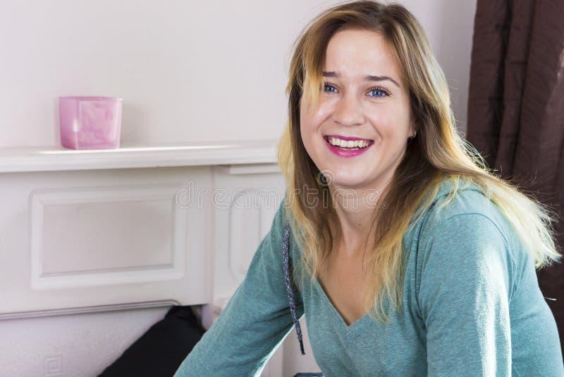 Femme heureuse souriant dans la chambre à coucher images libres de droits