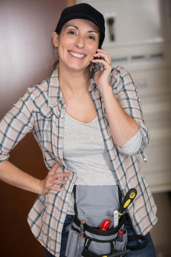 Femme heureuse sur le sourire de téléphone images libres de droits