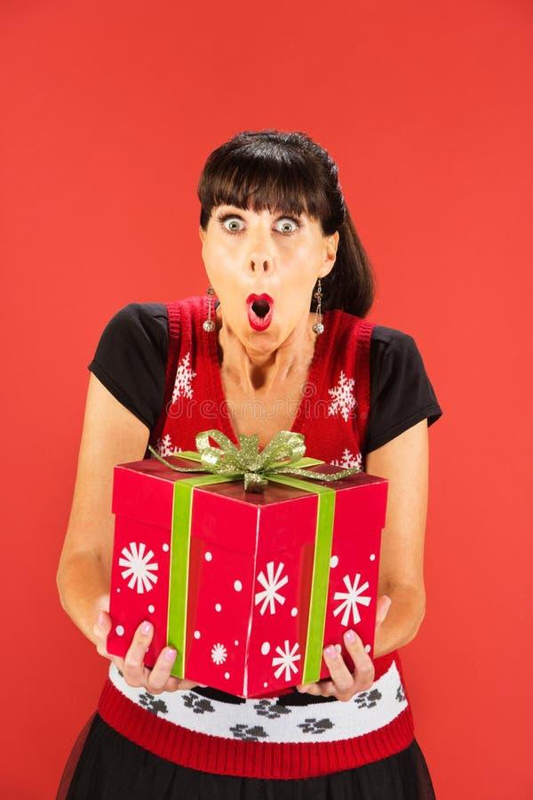 Femme heureuse tenant la grande boîte de Noël images libres de droits