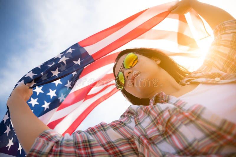 Femme heureuse tenant le drapeau des Etats-Unis d'Amérique photographie stock