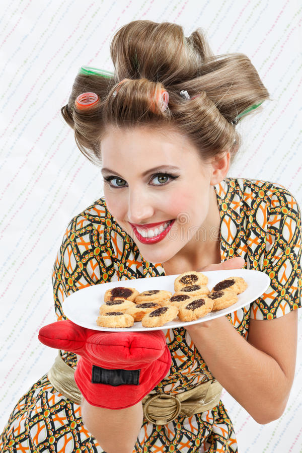 Femme heureuse tenant le plat des biscuits images libres de droits