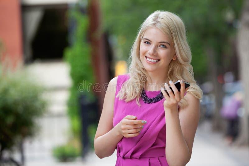 Femme heureuse tenant le téléphone portable image libre de droits