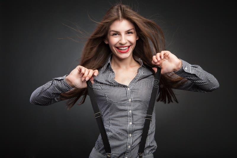 Femme heureuse tirant des bretelles photo libre de droits