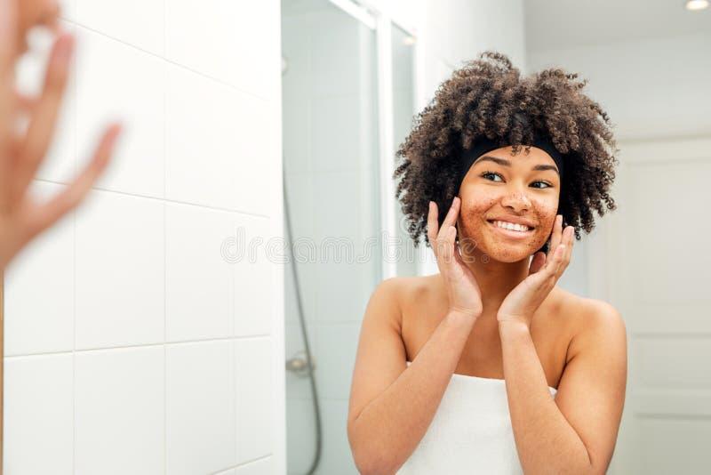 Femme heureuse touchant son visage photo stock