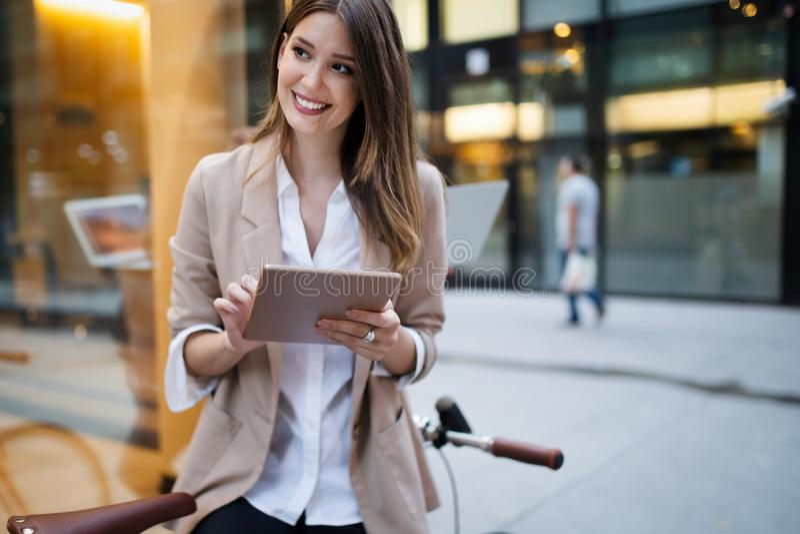 Femme heureuse urbaine d'affaires utilisant la tablette et le fonctionnement image libre de droits