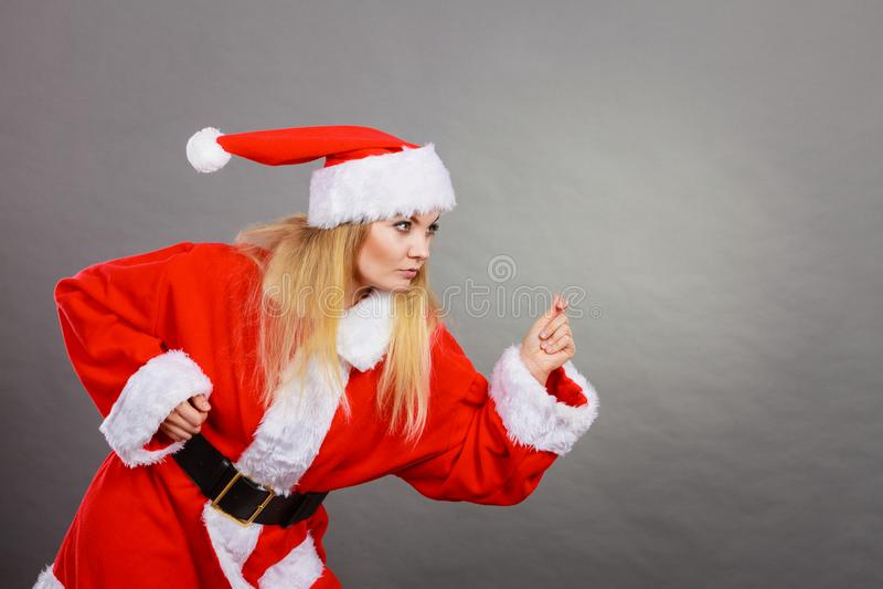 Femme heureuse utilisant le costume d'aide de Santa Claus photos libres de droits