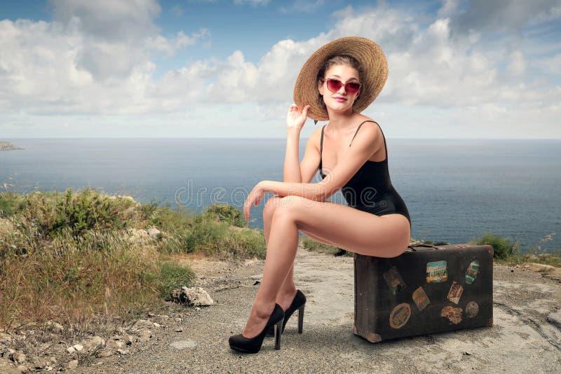Femme heureux au bord de la mer photographie stock libre de droits