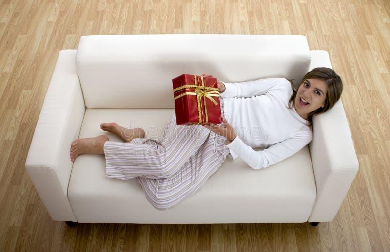 Femme heureux avec des cadeaux photo stock