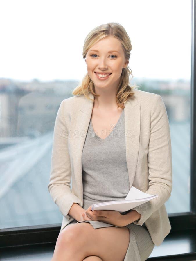 Femme heureux avec des documents images stock
