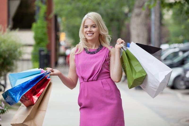 Femme heureux avec des sacs à provisions photographie stock