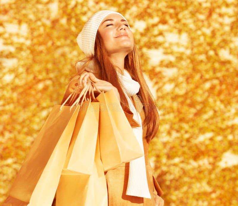 Femme heureux avec des sacs à provisions image libre de droits