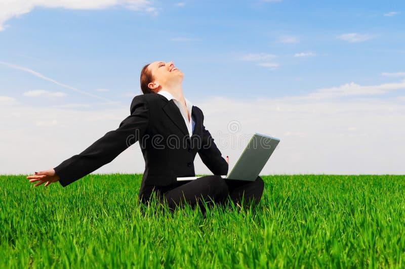 Femme heureux avec l'ordinateur portatif photographie stock libre de droits