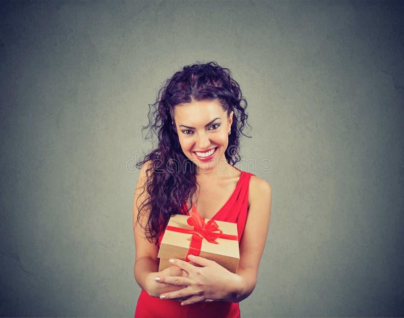 Femme heureux avec le cadre actuel images libres de droits