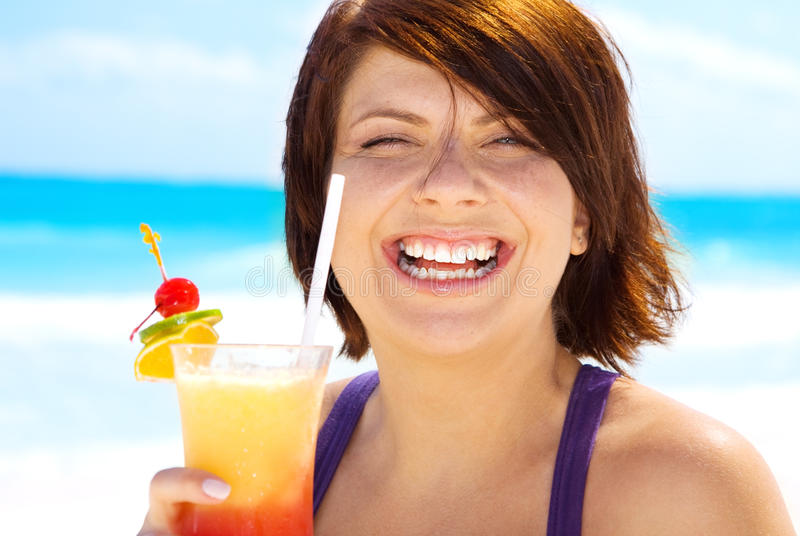 Femme heureux avec le cocktail coloré image stock