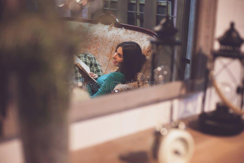 Femme heureux avec le livre photos stock