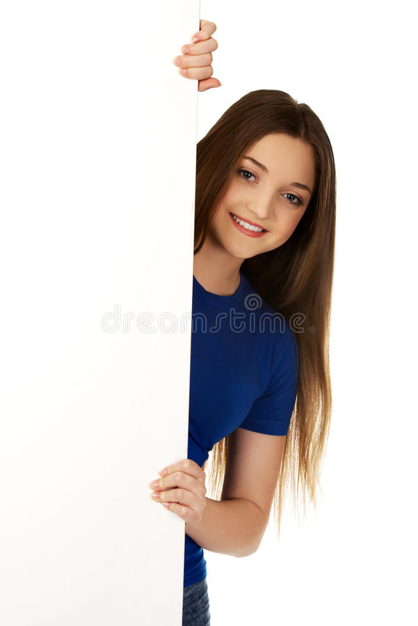 Femme heureux avec le panneau blanc photographie stock