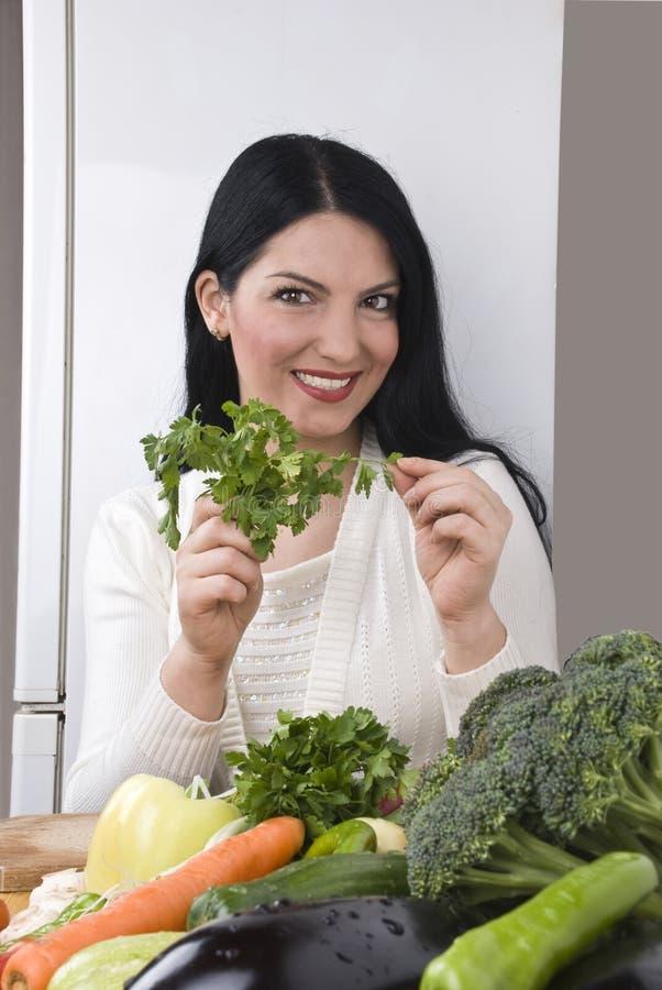 Femme heureux avec le persil et les légumes frais images stock