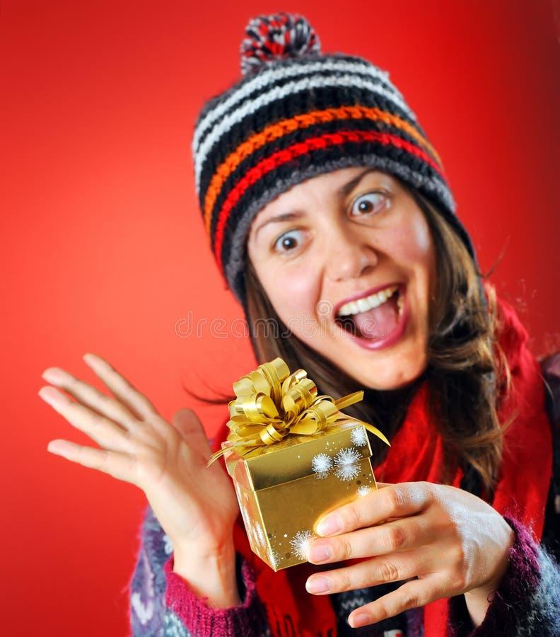 Femme heureux avec un cadeau image stock