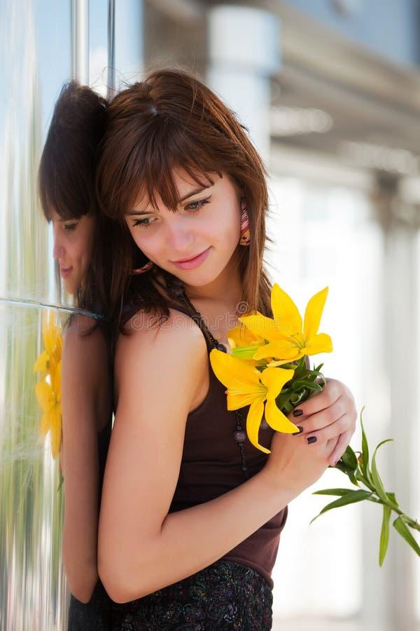 Femme heureux avec un lis image stock