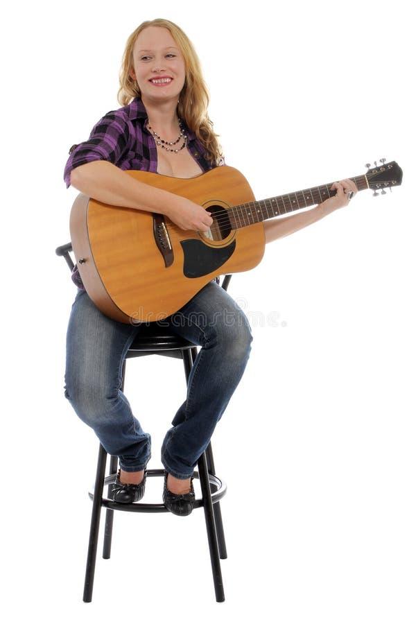 Femme heureux avec une guitare image stock